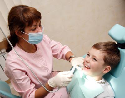 Стоматолог и зубной врач. Чем отличаются специалисты в детской поликлинике?